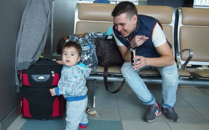 Ребенок  от 6 месяцев до года в самолете — как подготовиться, что взять с собой и чем занять на время полета
