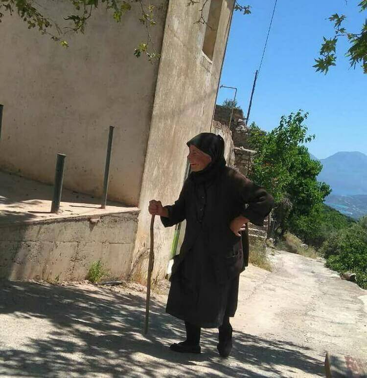греческая женщина в черном Крит