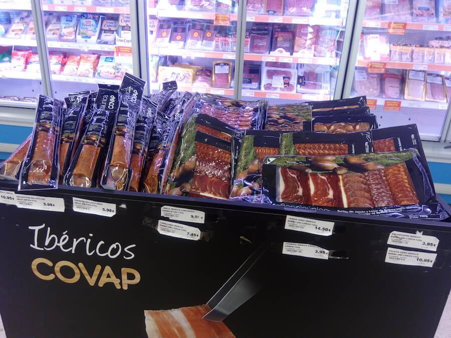 хамон в магазине в Испании